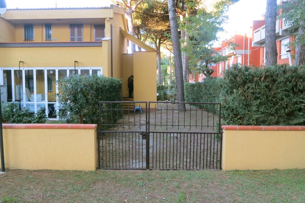 Villa primo piano vendesi terrazza e ampio giardino - Ingresso giardino ...