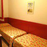 camera con due letti stesi