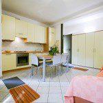ampia sala dotata di lavastoviglie, ac, lavatrice, zanzariere