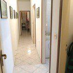 corridoio con accesso a tre camere e bagno